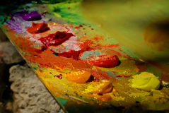 Картина маслом цвета смешивания щетки художника на палитре Стоковая Фотография RF