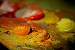 Картина маслом цвета смешивания щетки художника на палитре Стоковые Изображения RF