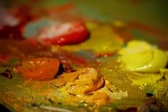 Картина маслом цвета смешивания щетки художника на палитре Стоковое Изображение RF