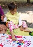 Картина маленькой девочки на белой бумаге Стоковое Изображение