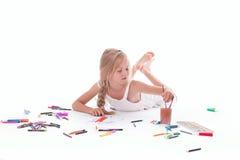 Картина маленькой девочки с акварелью Стоковые Изображения