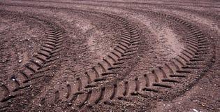 Картина меток покрышки трактора на каменистом испанском пляже стоковое фото