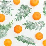 Картина Нового Года сделанная из ветвей и цитрусовых фруктов ели на белой предпосылке Плоское положение Взгляд сверху Стоковые Изображения