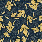 Картина осени безшовная с золотыми листьями на темносиней предпосылке Стоковые Изображения