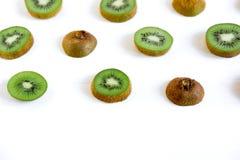 Картина отрезанная кивиом Свежие и зрелые куски кивиа еда здоровая fruits здорово стоковые фотографии rf
