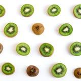 Картина отрезанная кивиом Свежие и зрелые куски кивиа еда здоровая fruits здорово Плоское положение, взгляд сверху стоковая фотография