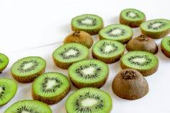 Картина отрезанная кивиом Свежие и зрелые куски кивиа еда здоровая fruits здорово стоковое изображение rf