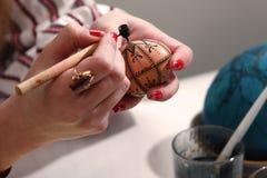 картина пасхального яйца художника Стоковые Изображения RF