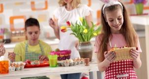 Картина пасхи - дочь с корзиной яичек видеоматериал