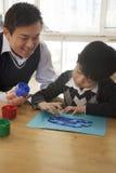 Картина пальца учителя и студента в художественном классе стоковое фото