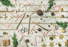 картина Плоск-положения украшения праздника возражает, игрушки, свечи, тросточки конфеты Стоковое Фото