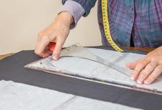 Картина портноя дизайна Dressmaker на таблице Стоковые Изображения