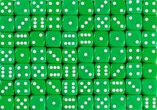 Картина предпосылки 70 зеленого dices, приказанное случайное стоковые фотографии rf