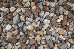 Картина предпосылки красочных камней и камешков на том основании около следа поезда стоковое изображение