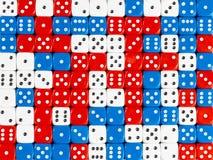 Картина предпосылки случайное приказанное красного, белизны и сини dices стоковые фото
