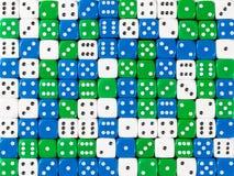Картина предпосылки случайные приказанное белого, голубой и зеленый dices стоковое изображение rf