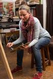 Картина привлекательной женщины сидя в студии Стоковые Фотографии RF
