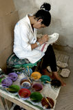 Картина работника конструирует на шар глины на Fez, Марокко стоковые изображения rf