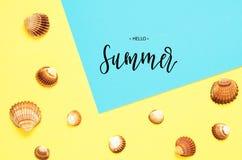 Лето надписи здравствуйте Картина раковин моря на бирюзе и желтой бумажной предпосылке r o стоковые изображения