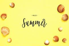 Лето надписи здравствуйте Картина раковин моря на желтой бумажной предпосылке r o стоковые фотографии rf