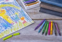 Картина ребенка в preschool с crayons Стоковые Фото
