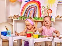 Картина ребенка на мольберте Стоковые Изображения