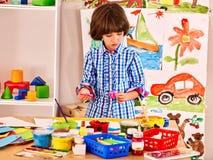 Картина ребенка на мольберте Стоковое Изображение