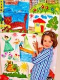 Картина ребенка на мольберте стоковые фото