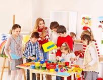 Картина ребенка на школе искусства. Стоковые Фотографии RF
