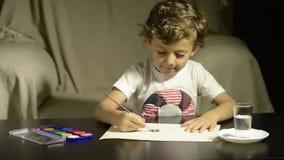 Картина ребенка с акварелями на бумаге акции видеоматериалы