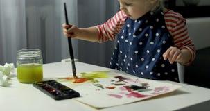 Картина ребенка с акварелями видеоматериал