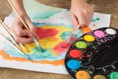 Картина ребенка с paintbrush Стоковое Изображение RF