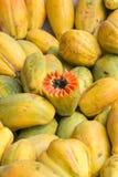 Картина свежих желтых манго в продовольственном рынке Манаус, Бразилии Стоковое фото RF