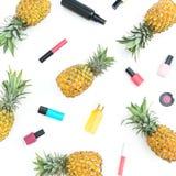 Картина сделанная из плодоовощей ананаса и женских косметик на белой предпосылке Плоское положение, взгляд сверху Стоковая Фотография RF