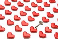 Картина сделанная красных сердец и ключа на белизне Сердце в равновеликом стиле Валентайн карточки s Может быть польза для упаков Стоковые Изображения