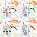 Картина сказки акварели безшовная с милым драконом, волшебным замком, горами и феей заволакивает Стоковое Изображение