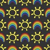 Картина смешного ребенка безшовная с радугами и солнцами Нарисовано вручную бесплатная иллюстрация