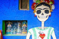 Картина стиля Frida Kahlo при череп покрашенный на стене в Мексике Стоковые Фотографии RF