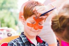 Картина стороны мальчика ребенка, делая тигра наблюдает процесс Стоковое Фото