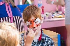 Картина стороны мальчика ребенка, делая тигра наблюдает процесс Стоковые Фотографии RF