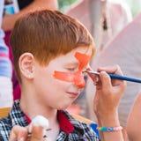 Картина стороны мальчика ребенка, делая тигра наблюдает процесс Стоковые Фото