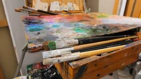 Картина с красками масла с палитрой Конец-вверх краски масла на палитре Процесс создавать картину маслом сток-видео
