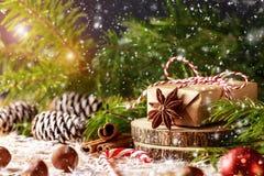 Картина с снежинками, ель рождества разветвляет, подарок рождества Стоковые Фото