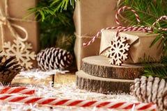 Картина с снежинками, ель рождества разветвляет, подарок рождества Стоковые Изображения