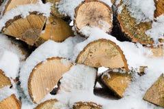 Картина текстуры предпосылки зимы штабелированных сухих прерванных журналов швырка покрытых с снегом Стоковые Изображения RF