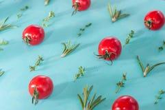 Картина томатов вишни с розмариновым маслом и тимианом Стоковые Фотографии RF