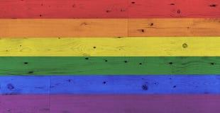 Картина флага радуги гей-парада на деревянной поверхности стоковые фотографии rf