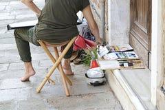 Картина художника женщины на улице Стоковое фото RF