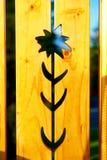 Картина цветка на древесине, желтой деревянной предпосылке Стоковое Изображение RF