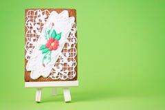 Картина цветка пряника на мольберте картины на зеленом цвете и космосе экземпляра Стоковые Изображения RF